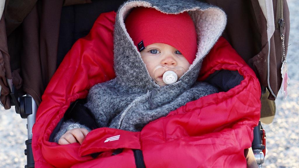Nerbäddad bebis i vagn